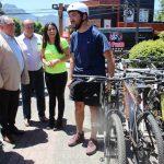 Bicicletas y móviles de acercamiento gratuito para descontaminar