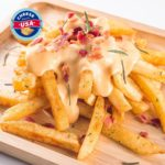 Papas fritas con salsa de queso cheddar: un aperitivo contundente y delicioso